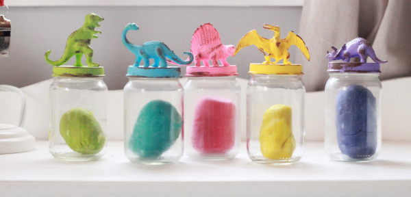 plasticoDIY-Dinosaur-Lids-For-Playroom-Jar-Storage-by-Lolly-Jane-600x385