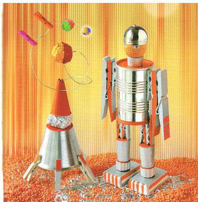 Manualidad infantil de un robot espacial para niños, con material de reciclaje