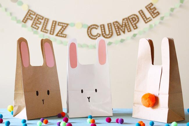 2398e83ee Conejos para souvenir infantil. Son sencillas de hacer con una simple  bolsita de papel madera a la que se lerecortan las orejitas, se dibuja la  carita y se ...